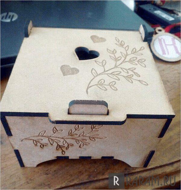 Коробка с сердечками и ветками