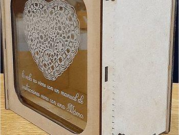 Коробка с окном и механизмом открывания