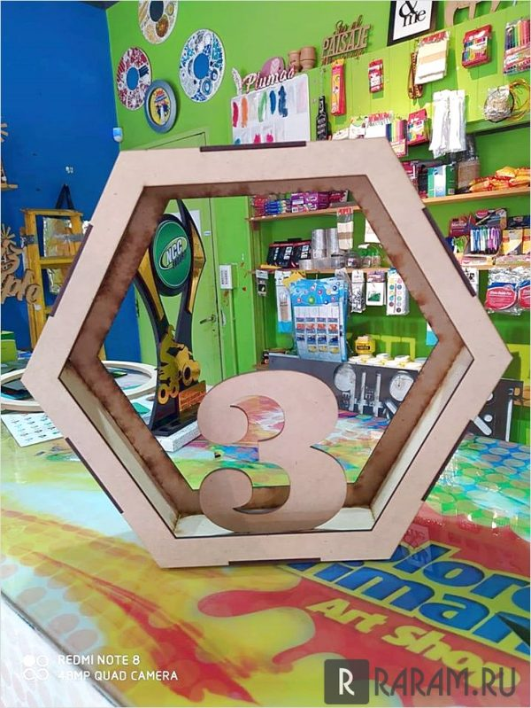 Шестиугольный ящик с окнами