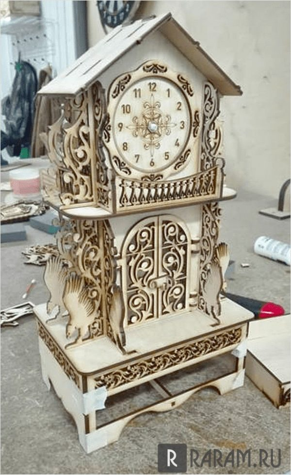 Часы в виде дома с балконом