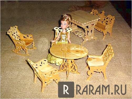 Миниатюрный деревянный стол и стулья