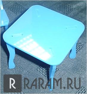 Маленький квадратный стол